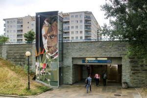 Historyczne postaci na muralach przy metrze