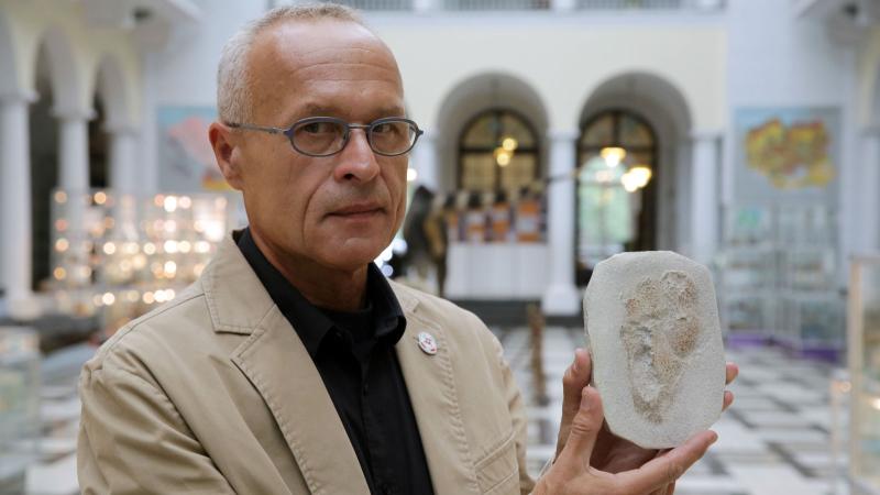 Dr Gierliński prezentuje odlewy śladów