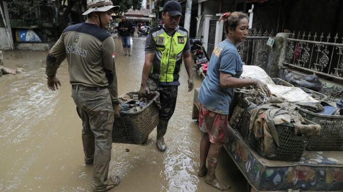 53 ofiary śmiertelne powodzi w Indonezji, <br />ale najgorsze może dopiero nadejść