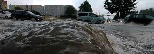 Ulice pełne wody, podtopione szkoły. Wtorek przyniósł groźną pogodę