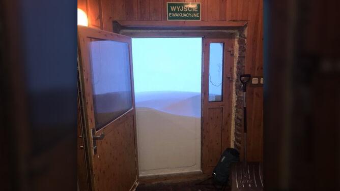 Śnieg zasypał drzwi obserwatorium na Kasprowym Wierchu. Zamknięto szlak do Morskiego Oka