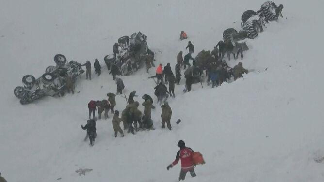 Szukali uwięzionych pod śniegiem, zeszła kolejna lawina. Nie żyje 38 osób